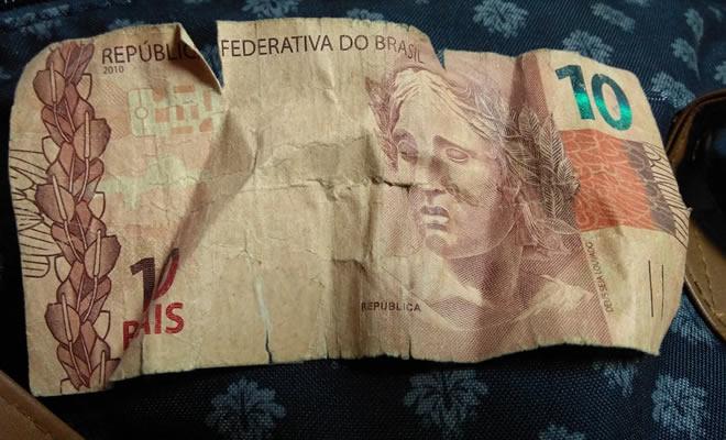 Ele encontrou dinheiro no chão