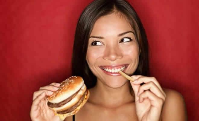 Mulheres estão aceitando a ir em encontros apenas para comer de graça