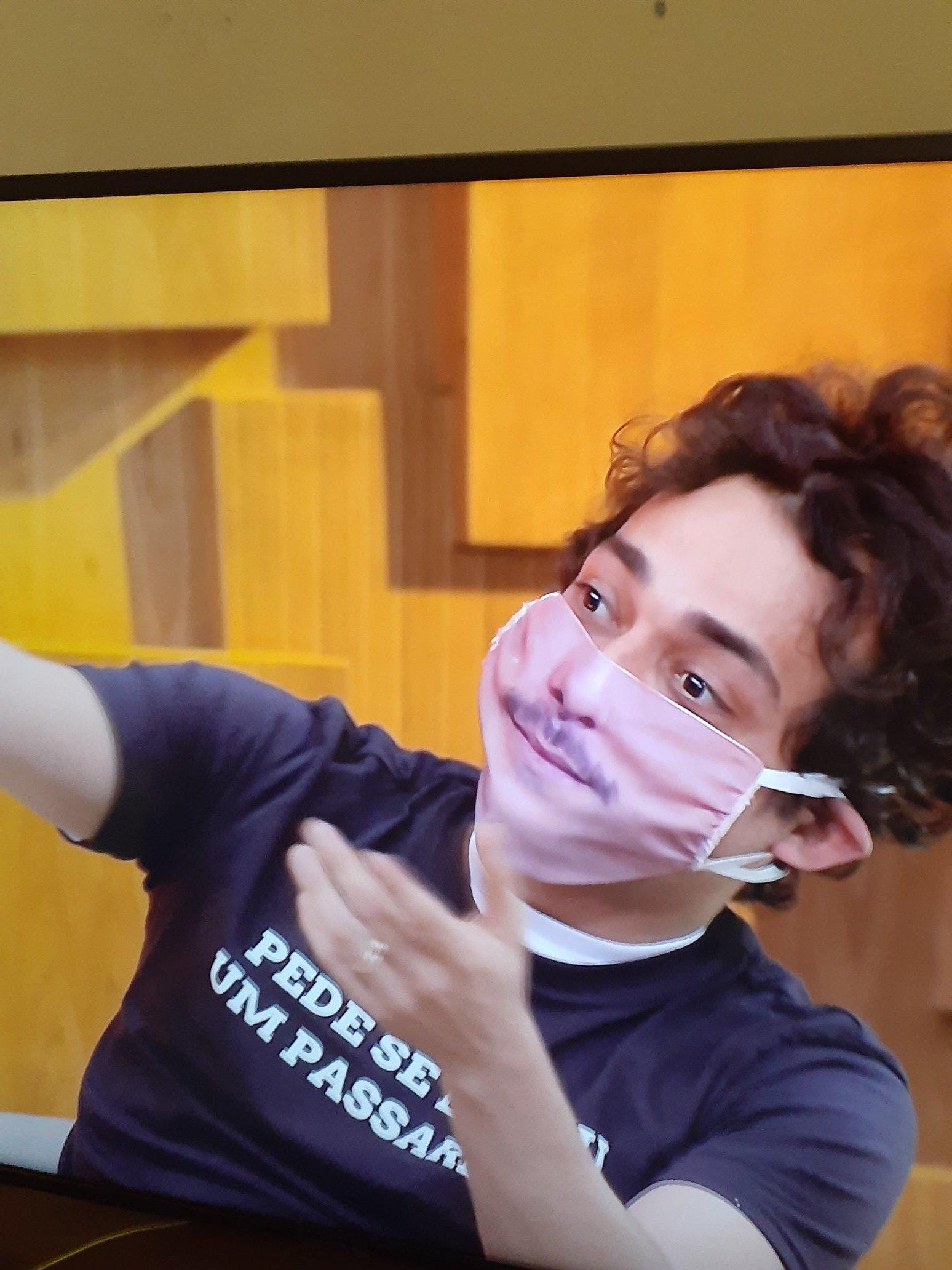 Olha só a máscara de Eduardo Sterblitch no Encontro