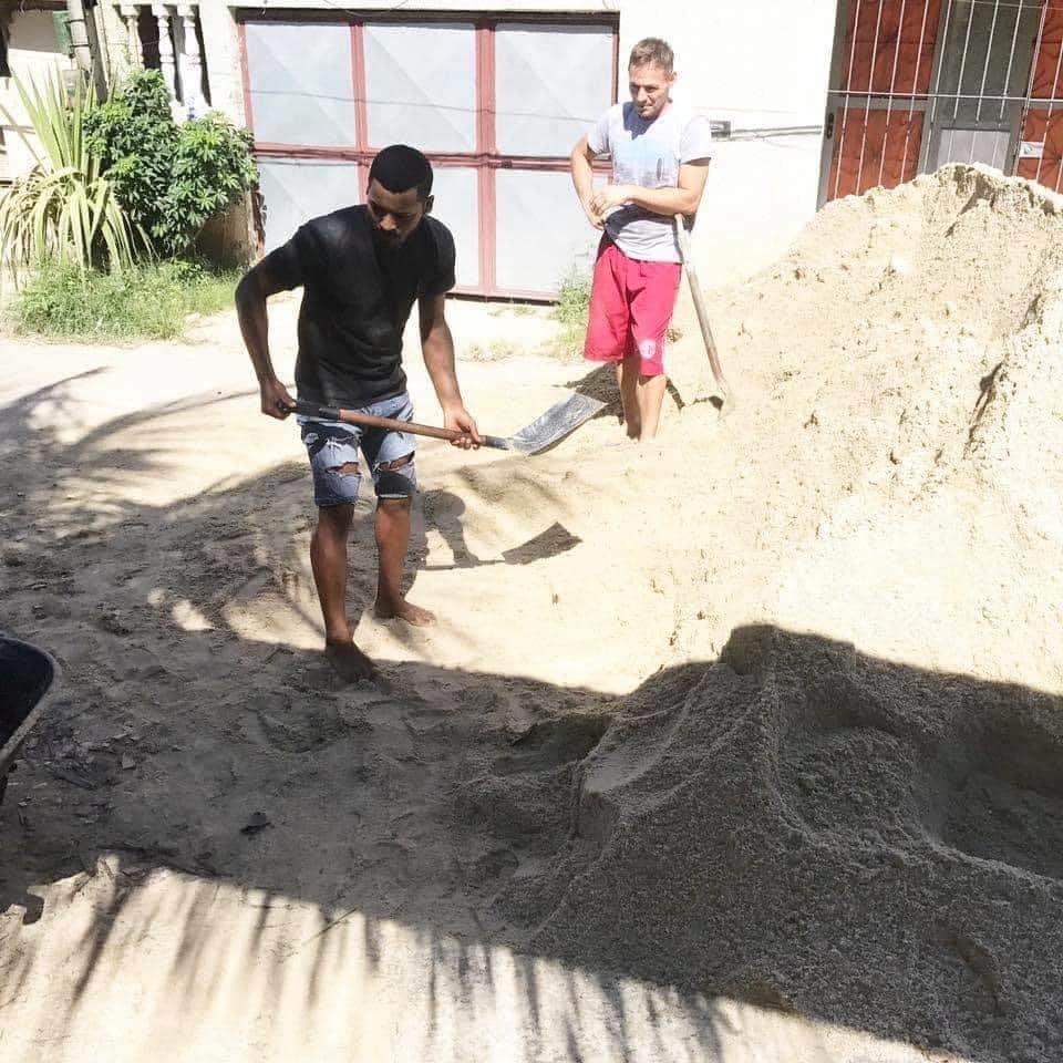 Como chamar seu amigo para carregar 16 metros de areia pra dentro: