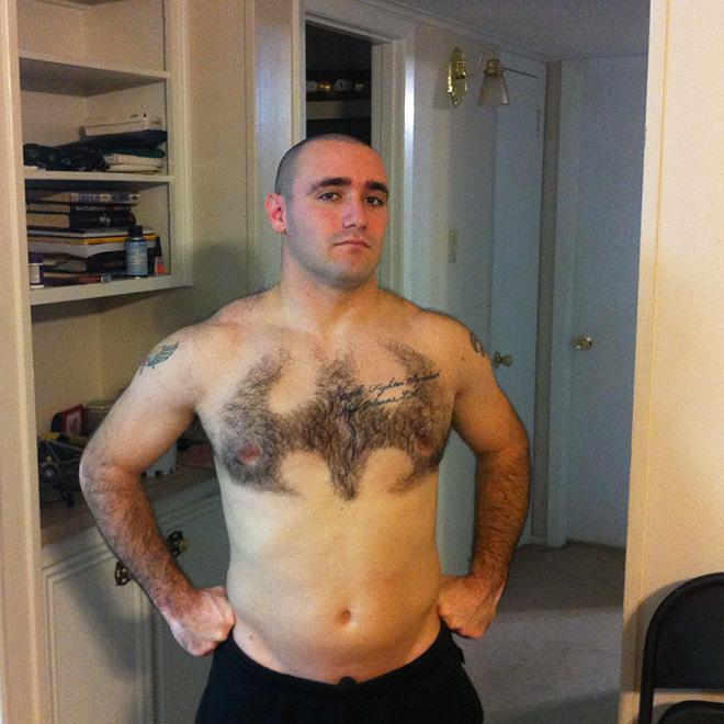 A arte do cabelo no peito é a autoexpressão perfeita durante a quarentena