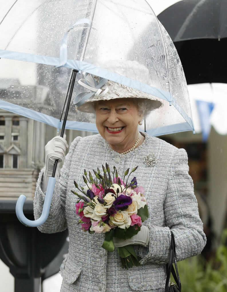 Está ai o motivo da Rainha sempre está com guarda chuva