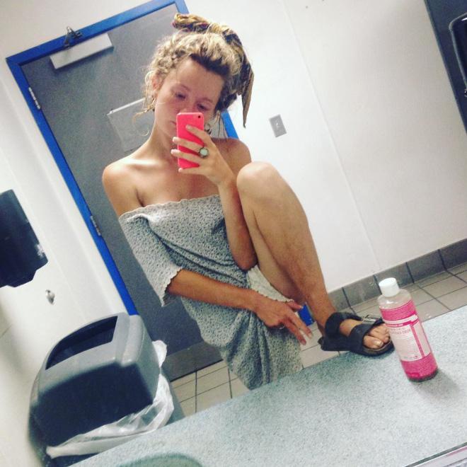 Estranha tendência de beleza no Instagram: garotas com pernas cabeludas