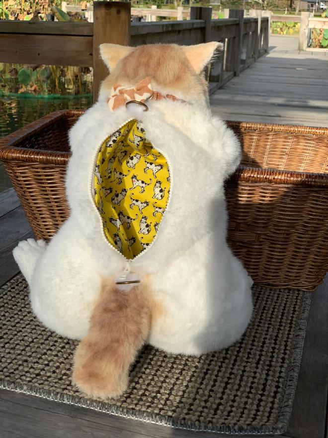 Mochila de gato que parece um gato vivo de verdade