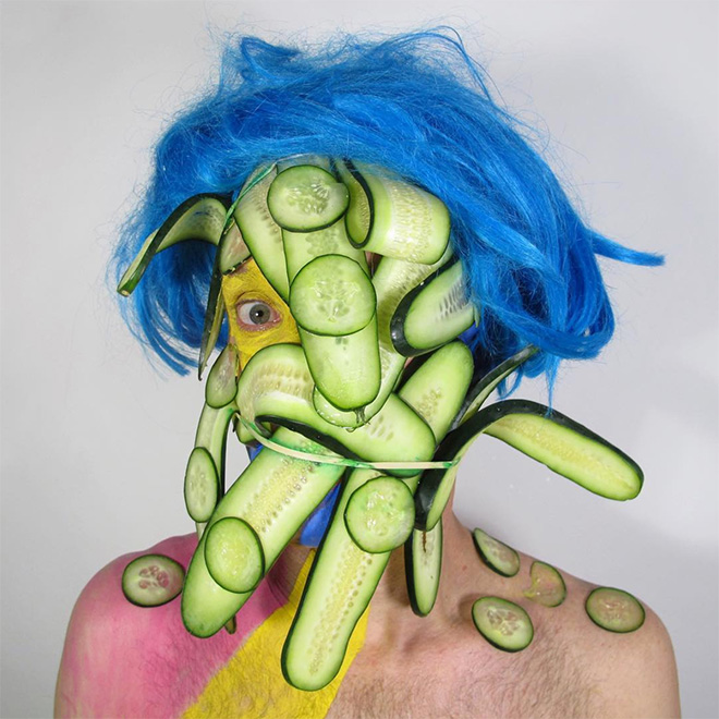 Homem cria autorretratos estranhos e chama isso de arte