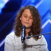 Garoto de 14 anos impressionou o público do AGT com sua voz